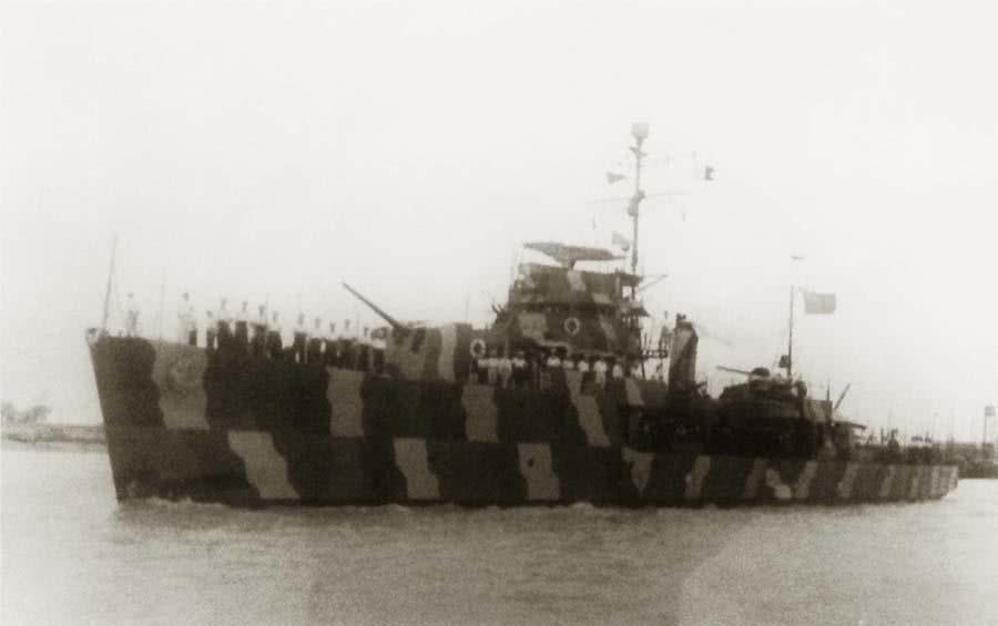 "A rare example of early Chinese PLAN warship in camouflage - Frigate Jinan, ex-ROC Weihai, ex-IJN Escort No. 194 (a Type D (Tei) Escort), probably in the early 1950s. Credits: from a private Facebook Camouflage group<br>Furthermore Google found it on this Chinese site: <a href=""http://baike.baidu.com/tashuo/browse/content?id=b3e54008a3ecd42773648f87"" target=""_blank"">http://baike.baidu.com/tashuo/browse/content?id=b3e54008a3ecd42773648f87</a> , translation see <a href=""http://translate.google.com/translate?hl=&sl=zh-CN&tl=de&u=https%3A%2F%2Fbaike.baidu.com%2Ftashuo%2Fbrowse%2Fcontent%3Fid%3Db3e54008a3ecd42773648f87&sandbox=1"" target=""_blank"">http://translate.google.com/translate?hl=&sl=zh-CN&tl=de&u=https://baike.baidu.com/tashuo/browse/content?id=b3e54008a3ecd42773648f87&sandbox=1</a>"